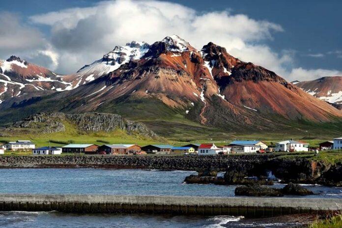 IJsland is ongelooflijk uniek, spectaculair, mooi, betoverend en duur. Helaas vermijden veel reizigers het vanwege de hoge prijzen, ook al is het Land van IJs en Vuur al jaren hun droom. Ja, het is niet bepaald een goedkope bestemming, maar het betekent niet dat je niet met een beperkt budget naar IJsland kunt reizen! Als je slim bent, je aan enkele regels houdt en toeristenvallen vermijdt, kun je een groot deel van het land zien zonder een fortuin uit te geven. Hier is een lijst met tips voor alle avontuurlijke reizigers die misschien niet veel geld hebben, maar in plaats daarvan dromen en moed houden. Als je gebruik maakt van deze tips om met een beperkt budget door IJsland te reizen, kan je reis naar IJsland betaalbaar zijn. Zoek goedkope vluchten Er zijn veel vluchten naar verschillende Europese steden en Reykjavik, maar de meeste zijn vrij duur. Gelukkig hebben verschillende low-budget luchtvaartmaatschappijen ook verbindingen. Als je de reis naar IJsland in Europa wilt beginnen, kijk dan bij WOW Air, EasyJet en Wizzair. WowAir verbindt Reykjavik met 14 verschillende steden. EasyJet vliegt ook vanuit verschillende steden, maar de beste plaats om te vertrekken is meestal Londen. Wat WizzAir betreft, ze zijn onlangs begonnen met vliegen van Gdańsk in Polen naar Reykjavik. De tarieven variëren sterk afhankelijk van de data, beschikbare verkopen, enz., Maar zijn vaak zo laag als 70 euro in beide richtingen. Vergeet ook niet om de website van Icelandair te bezoeken, deze heeft vaak goedkope vluchten vanaf Amsterdam buiten het vakantieseizoen om. Mocht je niet gebonden zijn aan de schoolvakanties dan is dit zeker een goedkope optie. Als je tussen Noord-Amerika en Europa vliegt, kun je een tussenstop in IJsland organiseren. Icelandair heeft goede verbindingen vanuit Canada en de VS naar Europa en, belangrijker nog, ze bieden gratis tussenstops in IJsland. Op deze manier heb je helemaal geen ticket naar IJsland nodig. Het is een perfecte optie voor degenen die toch naa