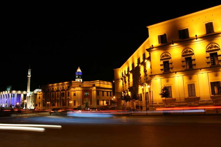 Tirana bij nacht